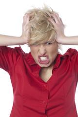 femme énervée se bouchant les oreilles