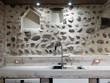 lavello di acciaio in cucina moderna con alzata in pietra