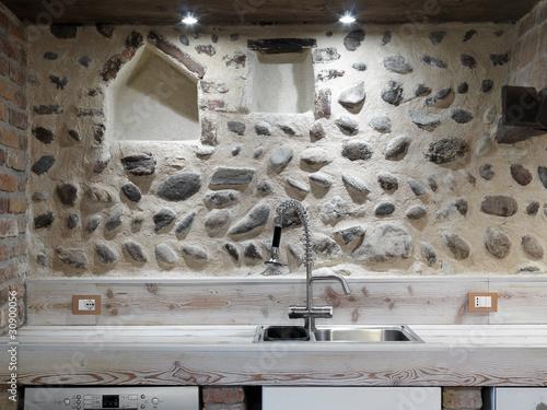 Lavello di acciaio in cucina moderna con alzata in pietra for Abbonamento a cucina moderna
