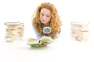 Frau mit Lupe und Buch