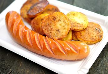 Wurst mit Bratkartoffeln