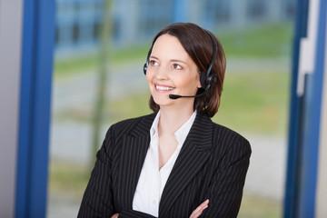 freundliche mitarbeiterin mit headset