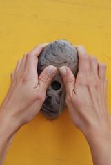 hands - accoppiata di mani di donna su una presa