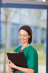 krankenschwester mit patientenakte
