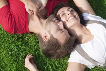 bien-être de couple allongé dans l'herbe