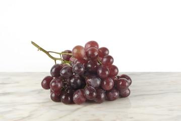 Racimo de uvas sobre mármol