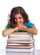 Frau lehnt auf Bücherstapel