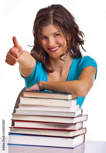 Frau hinter Bücherstapel zeigt Top Daumen