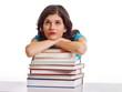 Frau träumt auf Bücherstapel