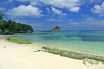 plage, îlot et lagon turquoise des Seychelles
