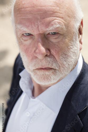 homme âgé au regard noir