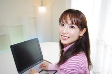 パソコンを楽しむ笑顔の女性