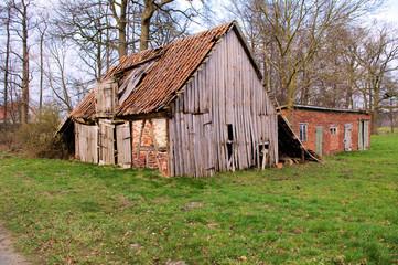 Alter Schuppen mit verfallenen Holztüren