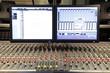 studiotechnik mischpult mit monitor im tonstudio