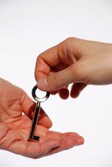Ein Schlüssel wird übergeben