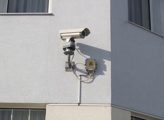 Камера видеонаблюдения на фасаде здания