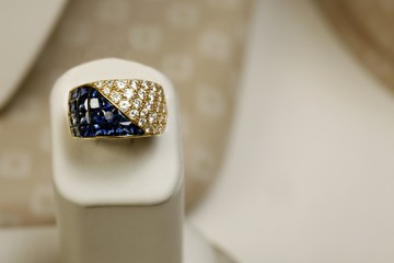 18k yellow gold ring 5.25 carats of princess cut saphires and 1.82 carats of diamonds