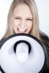 Blonde junge Frau mit Megafon fordert auf, hoch