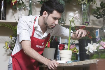 Florist concentrates while cutting stem