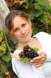 Frau im Weingarten