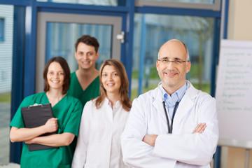 chefarzt mit team