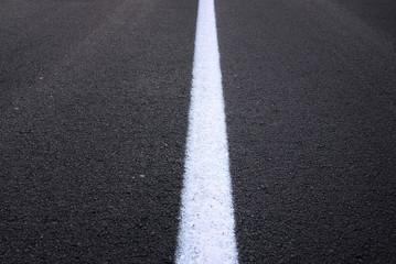 strada asfaltata con striscia bianca