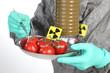 Arzt im Schutzanzug mit radioaktiv verseuchten Lebensmittel