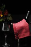 bicchiere di vino rosso e bottiglia con secchiello