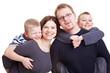 Glückliche Eltern tragen ihre Kinder