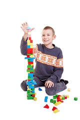 Kind baut einen hohen Turm