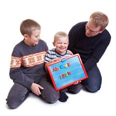Familie lernt gemeinsam Zahlen