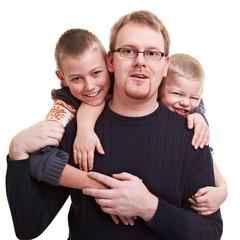 Vater wird von Söhnen umarmt