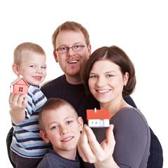 Glückliche Familie mit zwei Häusern