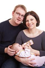 Eltern mit trinkendem Baby