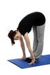 junge frau trainiert rumpfbeugen auf einer blauen yoga matte