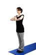 junge frau trainiert yoga und presst handflächen aneinander