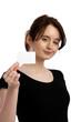 junge hübsche frau in schwarzem t-shirt zeigt visitenkarte