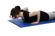 junge frau auf einer blauen yoga matte macht pause beim training