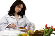 junge frau beim frühstück im bett