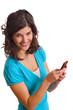 lachende Frau schreibt eine SMS