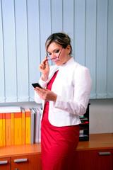 segretaria con cellulare
