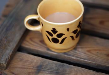 Kaffeebecher auf Holzkiste