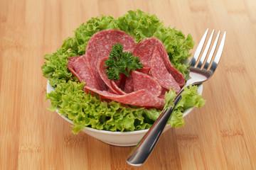 Salami in Schüßel mit Lollo Bionda