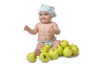 Bebé entre manzanas.