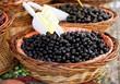 Cesto con olive nere