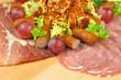 deska wędlin i serów z winogronami i awokado