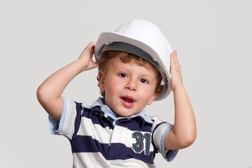 bambino con caschetto muratore