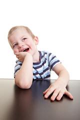Glückliches Kind denkt nach