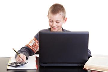 Kind lernt mit Laptop