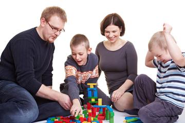 Familie spielt mit Bausteinen